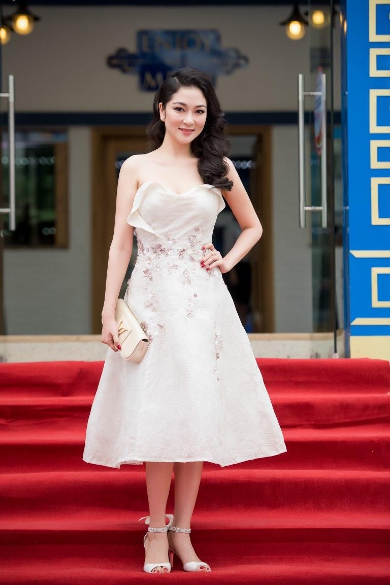 Hoa hậu Nguyễn Thị Huyền trẻ đẹp quyến rũ - 1