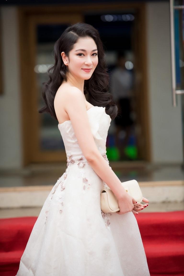 Xuất hiện trong sự kiện lần này, hoa hậu Nguyễn Thị Huyền chọn phong cách trẻ trung, nữ tính với váy trắng cúp ngực, khoe bờ vai trần quyến rũ.