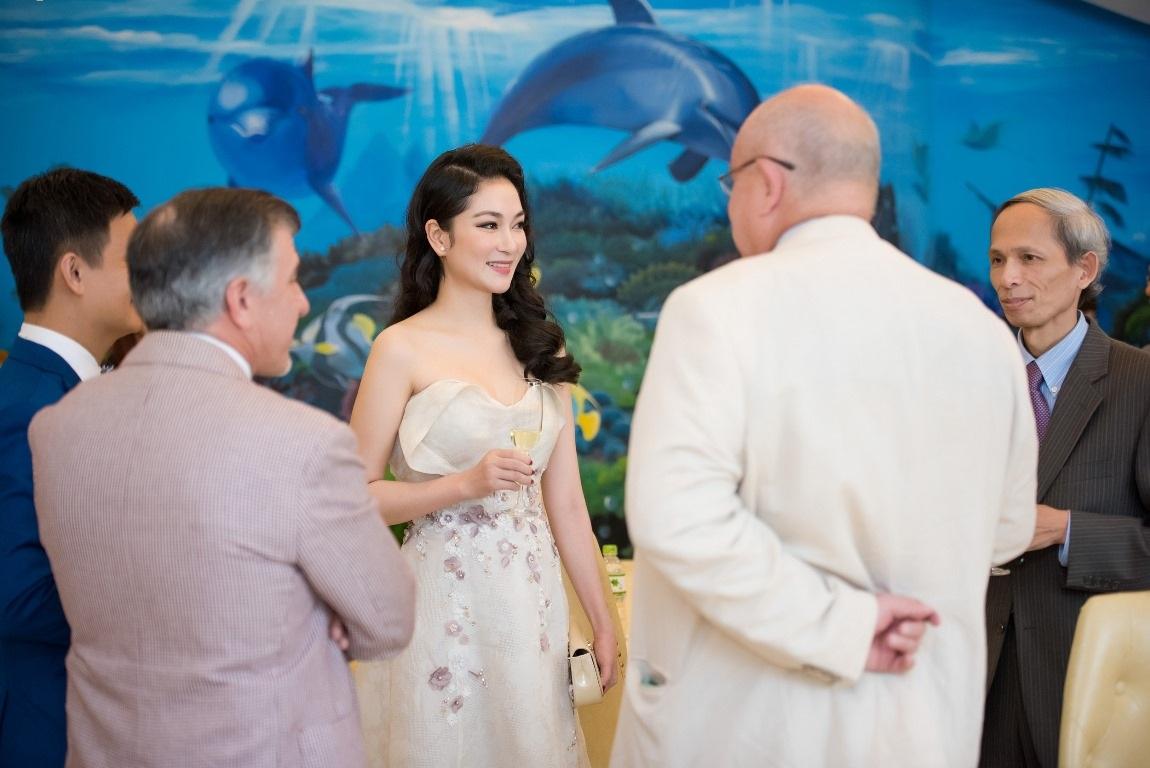 Người đẹp trò chuyện rất thoải mái và tự tin với những vị khách đến từ các nước