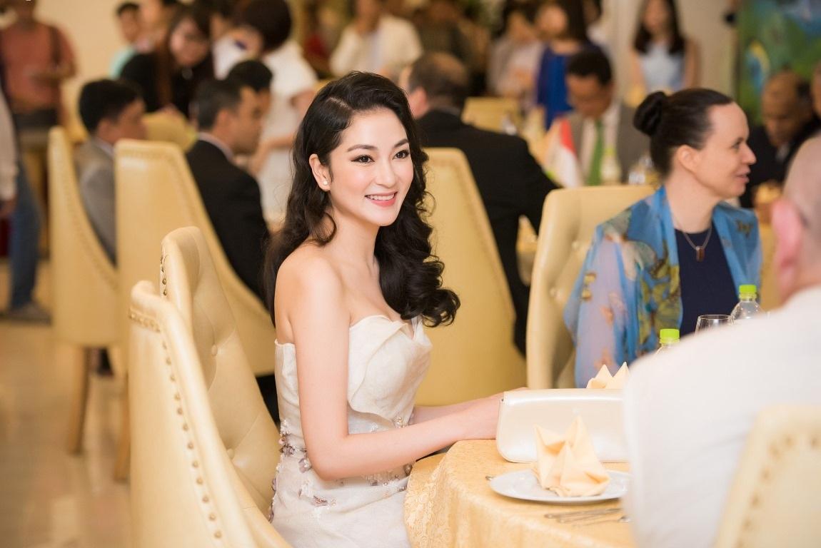 Có mặt trong bữa tiệc này, Nguyễn Thị Huyền muốn quảng bá hình ảnh Sơn Đoòng đến với bạn bè quốc tế để thu hút du lịch cho Quảng Bình.