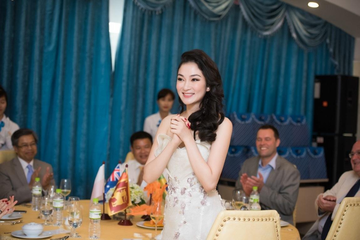 Hoa hậu Nguyễn Thị Huyền trẻ đẹp quyến rũ - 3