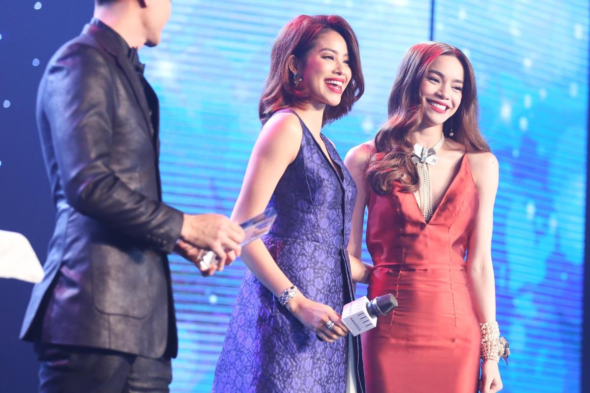 Hồ Ngọc Hà và Vĩnh Thụy trao giải Gương mặt thời trang ấn tượng của năm cho hoa hậu Hoàn vũ Phạm Hương