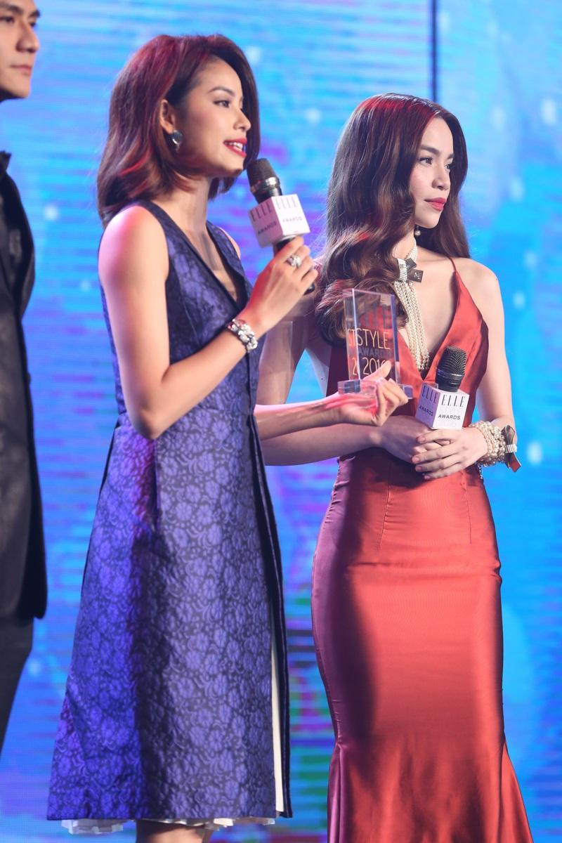 Phạm Hương cũng vừa có một sự thay đổi trong phong cách, cô từ bỏ mái tóc đen dài, óng mượt để xuất hiện trong hình ảnh cô gái trẻ trung, hiện đại cùng style tóc nhuộm nâu đỏ có phần cá tính.