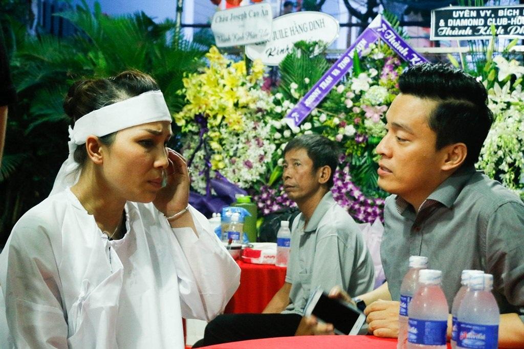 Bên cạnh ca sĩ Mỹ Tâm, Lam Trường đến sau, anh động viên đồng nghiệp của mình để vượt qua sự đau buồn này.