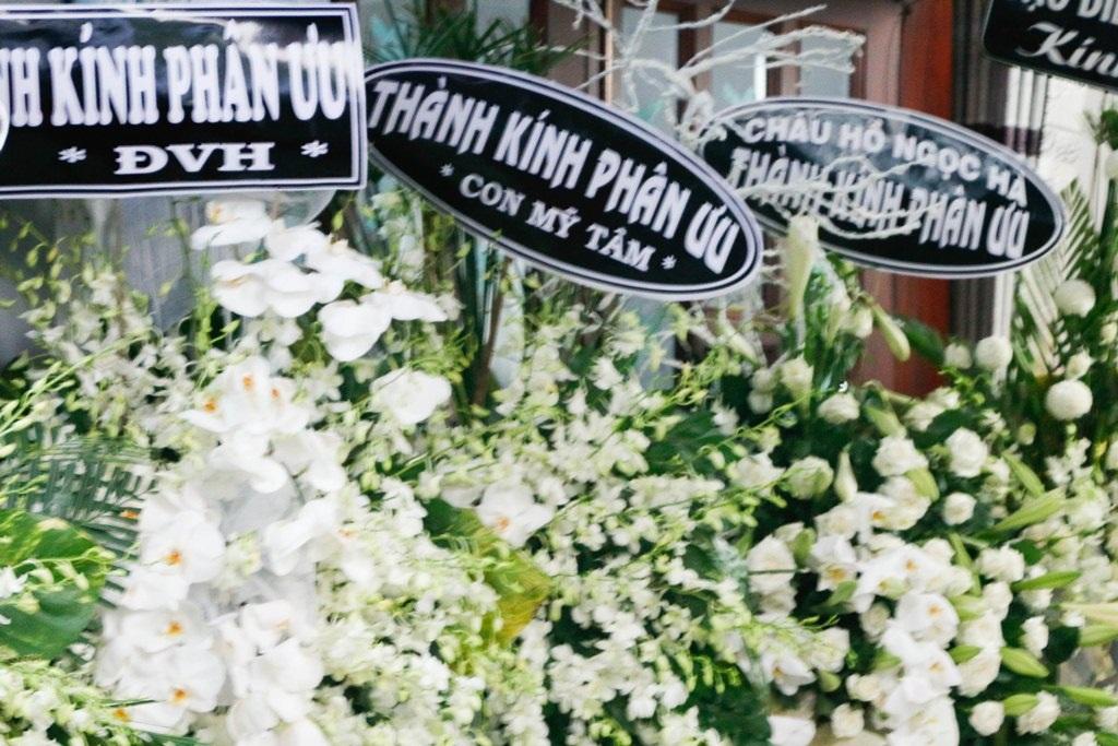 Ngoài ra, rất nhiều bạn bè như Thanh Thảo, Đàm Vĩnh Hưng, Hồ Ngọc Hà, nhóm hài Việt Hương – Hoài Tâm,.. đã gửi lời chia buồn sâu sắc cùng lẵng hoa đến gia đình ca sĩ.