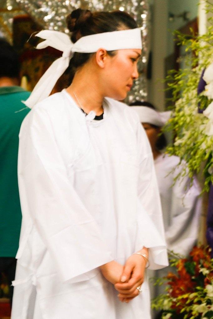 Hồng Ngọc mặc áo tang trong tâm trạng vô cùng buồn bả, mệt mỏi