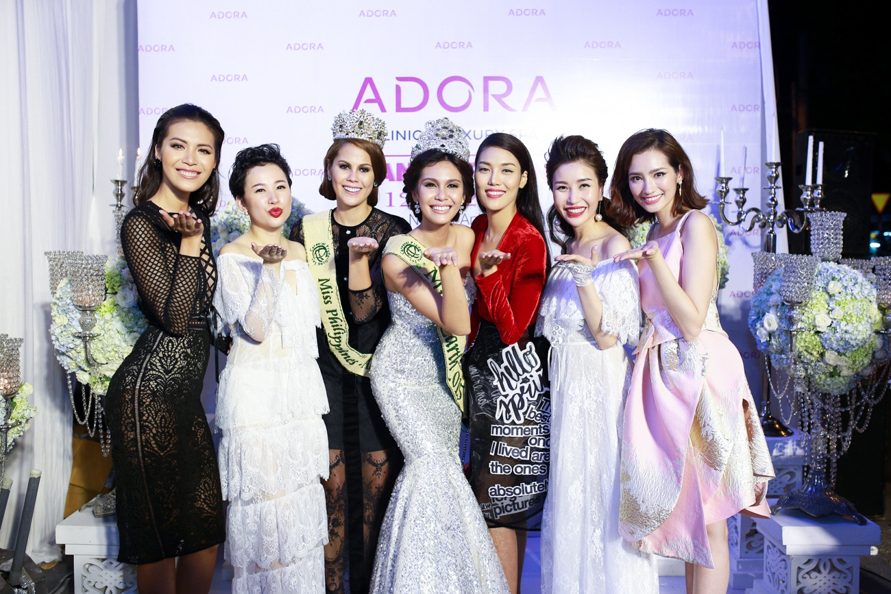2 người mặc áo trắng: Hoa hậu doanh nhân thế giới người Việt 2016 Nguyễn Lam Cúc và Giám đốc Viện thẩm mỹ Adora chi nhánh Sài Gòn Quỳnh Vũ .