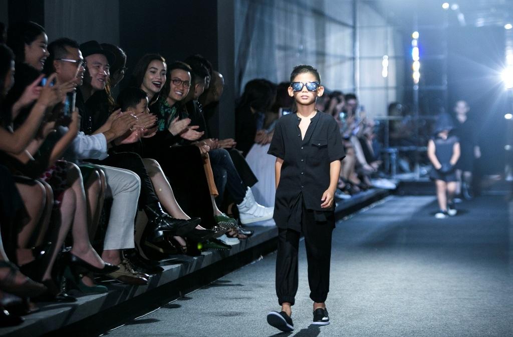 Nữ ca sĩ theo dõi từng bước đi của bé Vương Khang