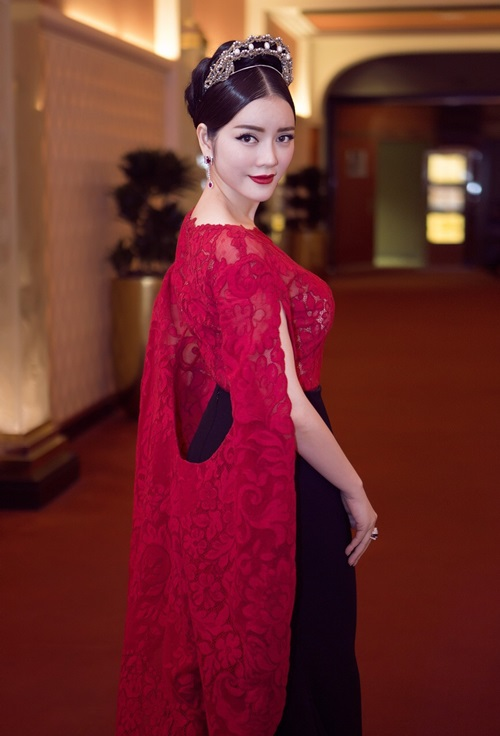 Cựu đại sứ Du lịch khéo léo kết hợp cùng clutch Marchesa và băng đô Chanel, biến mình thành bà hoàng kiêu sa trên thảm đỏ.