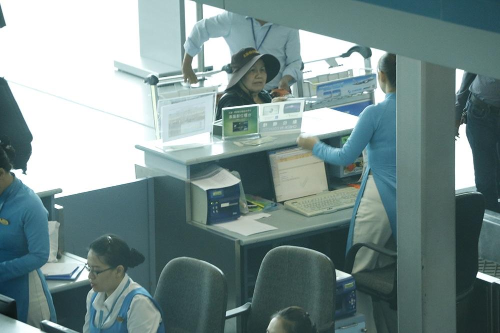 Mẹ Minh Béo đang thực hiện thủ tục check-in tại sân bay quốc tế Tân Sơn Nhất