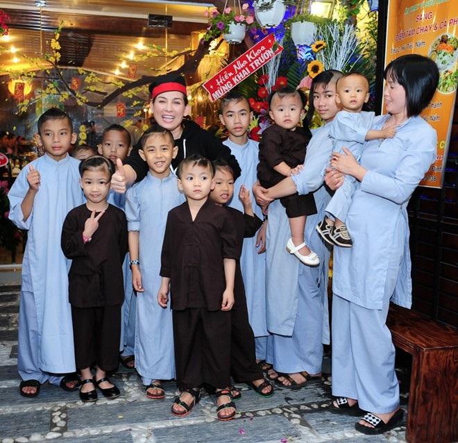 Phi Nhung bên các con nuôi của mình trong ngày khai trương nhà hàng chay