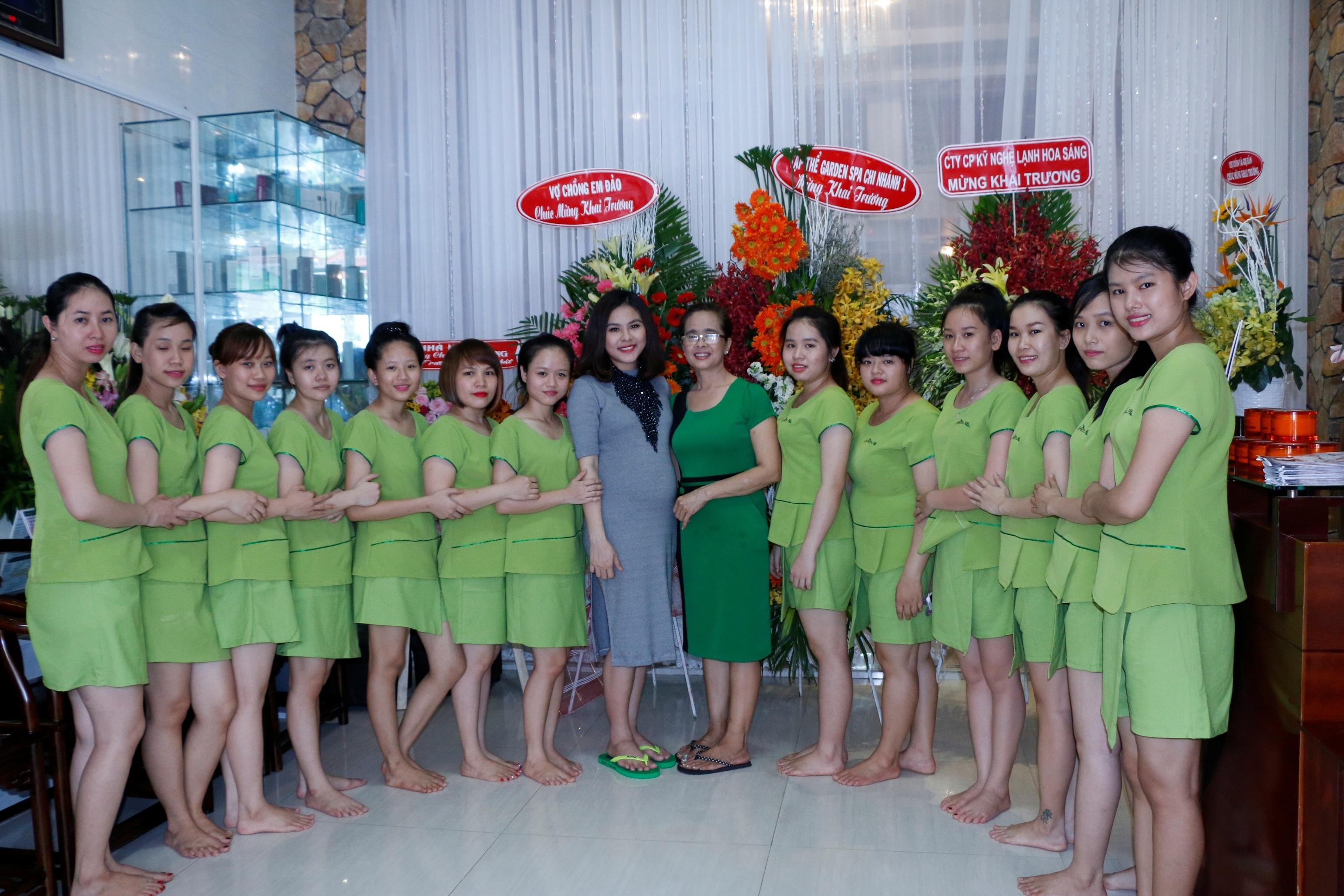 Hiện tại mặc dù đã là tháng thứ 5 của thai kỳ nhưng Vân Trang vẫn luôn vận động và làm việc liên tục để phát triển việc kinh doanh của mình.