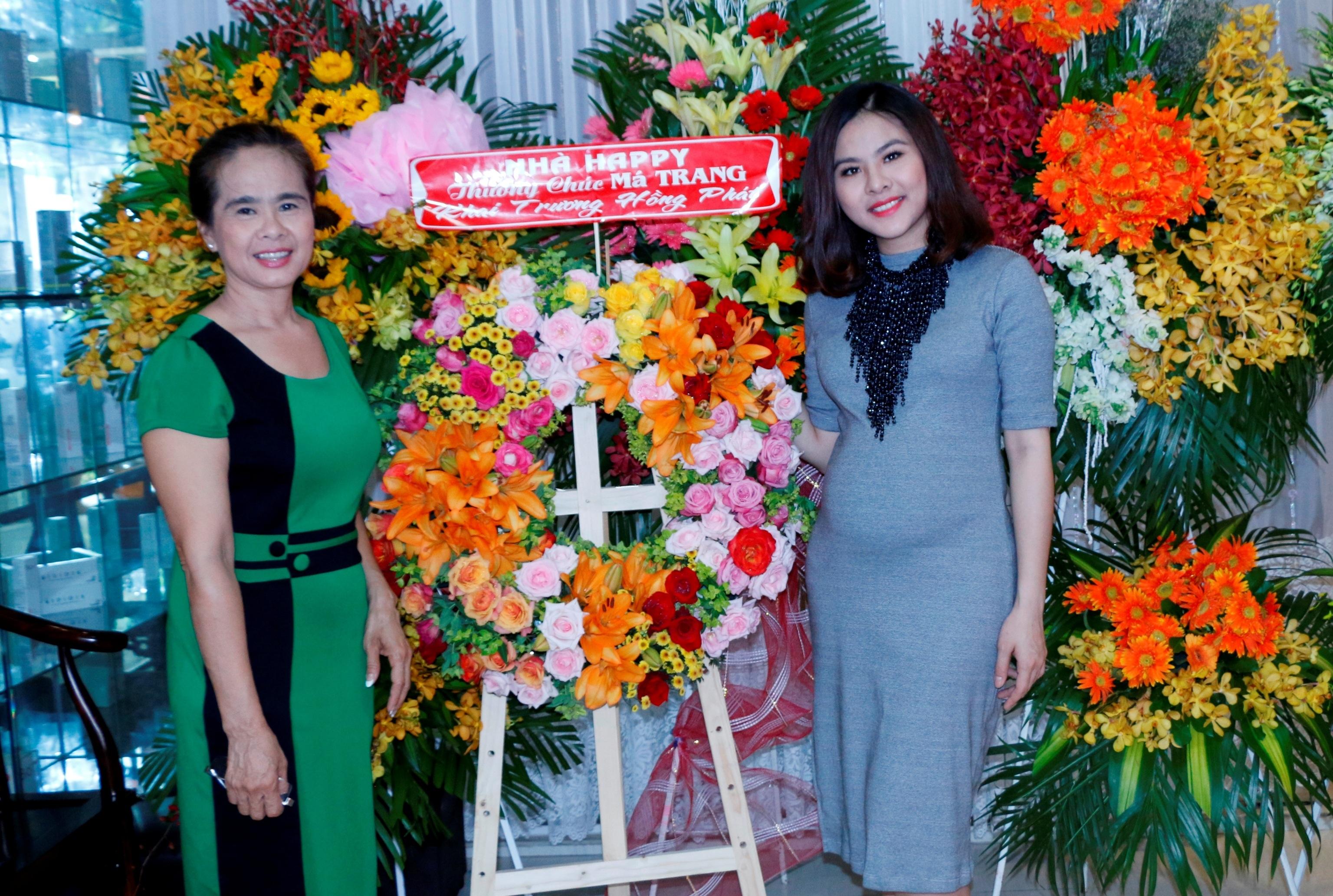 Vân Trang và mẹ. Mẹ Vân Trang không chỉ là một người mẹ hết lòng thương yêu con cái, bà cũng là cánh tay đắc lực luôn hỗ trợ hết mình cho con gái trong công việc kinh doanh