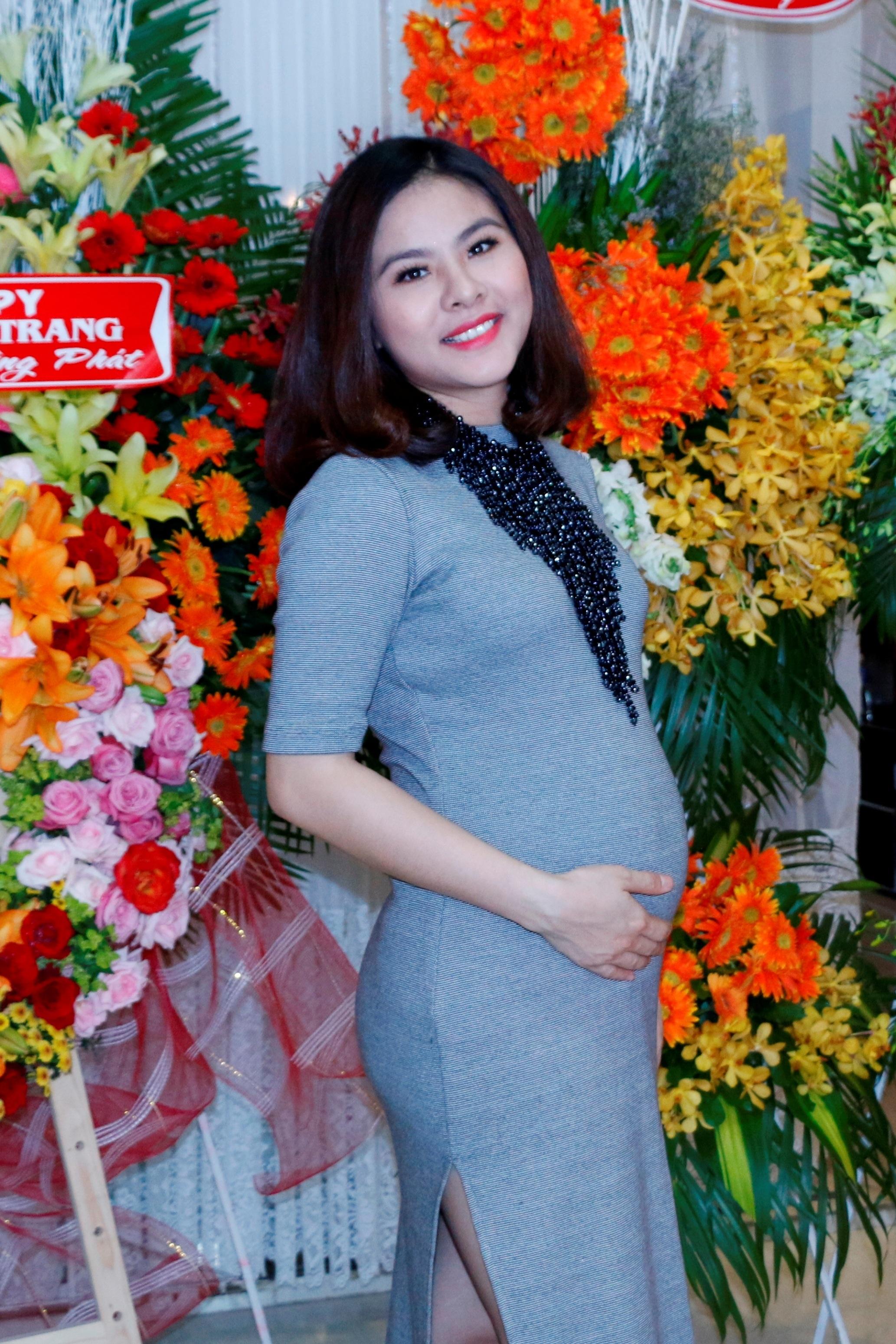 Vân Trang lần đầu lộ diện với bụng bầu 5 tháng cũng đã khá to