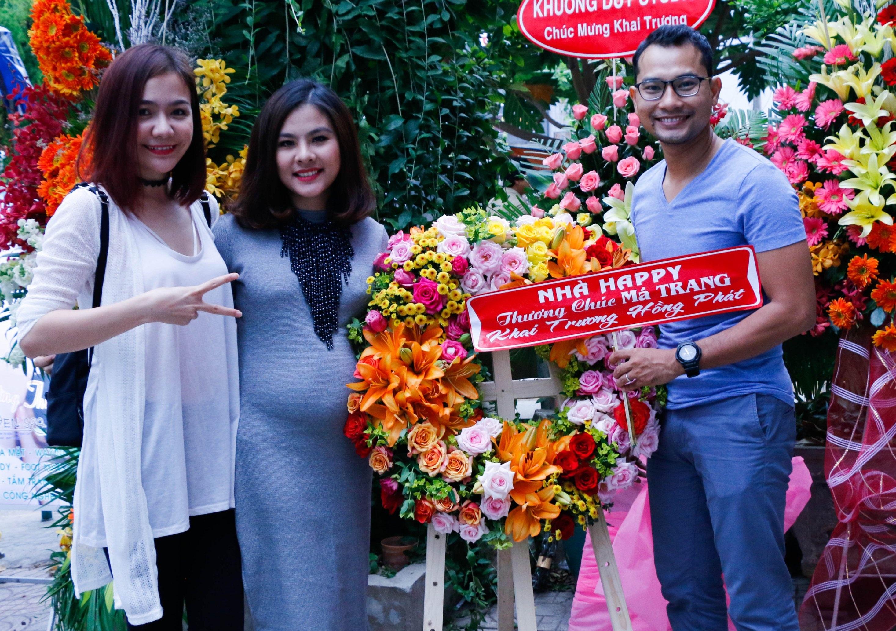 Hai vợ chồng Huỳnh Đông và Á Châu đến chia vui cùng Vân Trang, mọi người xem nhau như anh em trong gia đình khá thân thiết