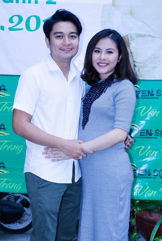 Vân Trang bên ông xã của mình. Cuộc sống gia đình của Vân Trang khá hạnh phúc kể từ khi kết hôn.