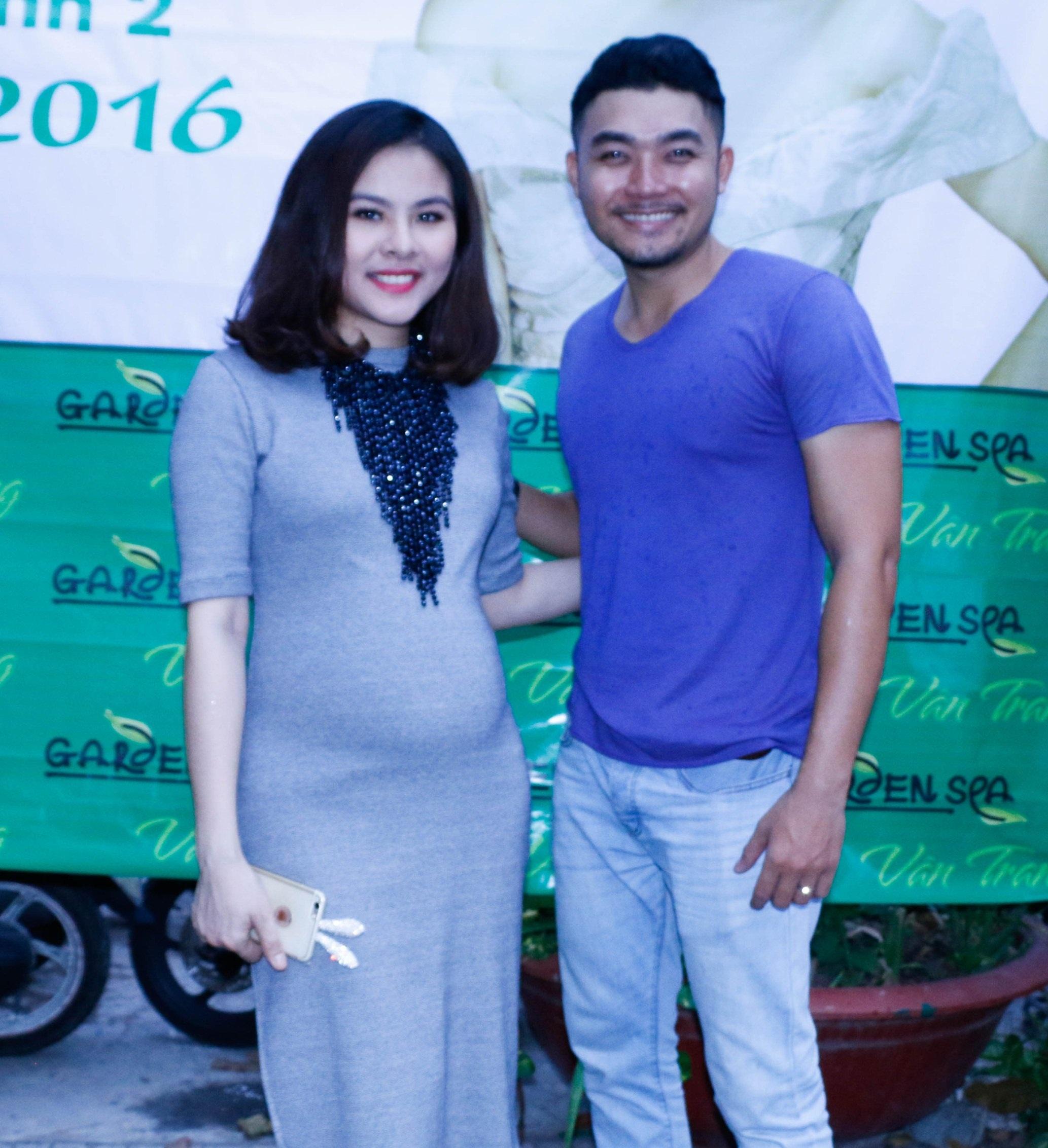 Bạn thân Thái Quốc Nguyên của Vân Trang cũng là một diễn viên hài thường diễn tại sân khấu Nụ cười mới và các tụ điểm trong thành phố.
