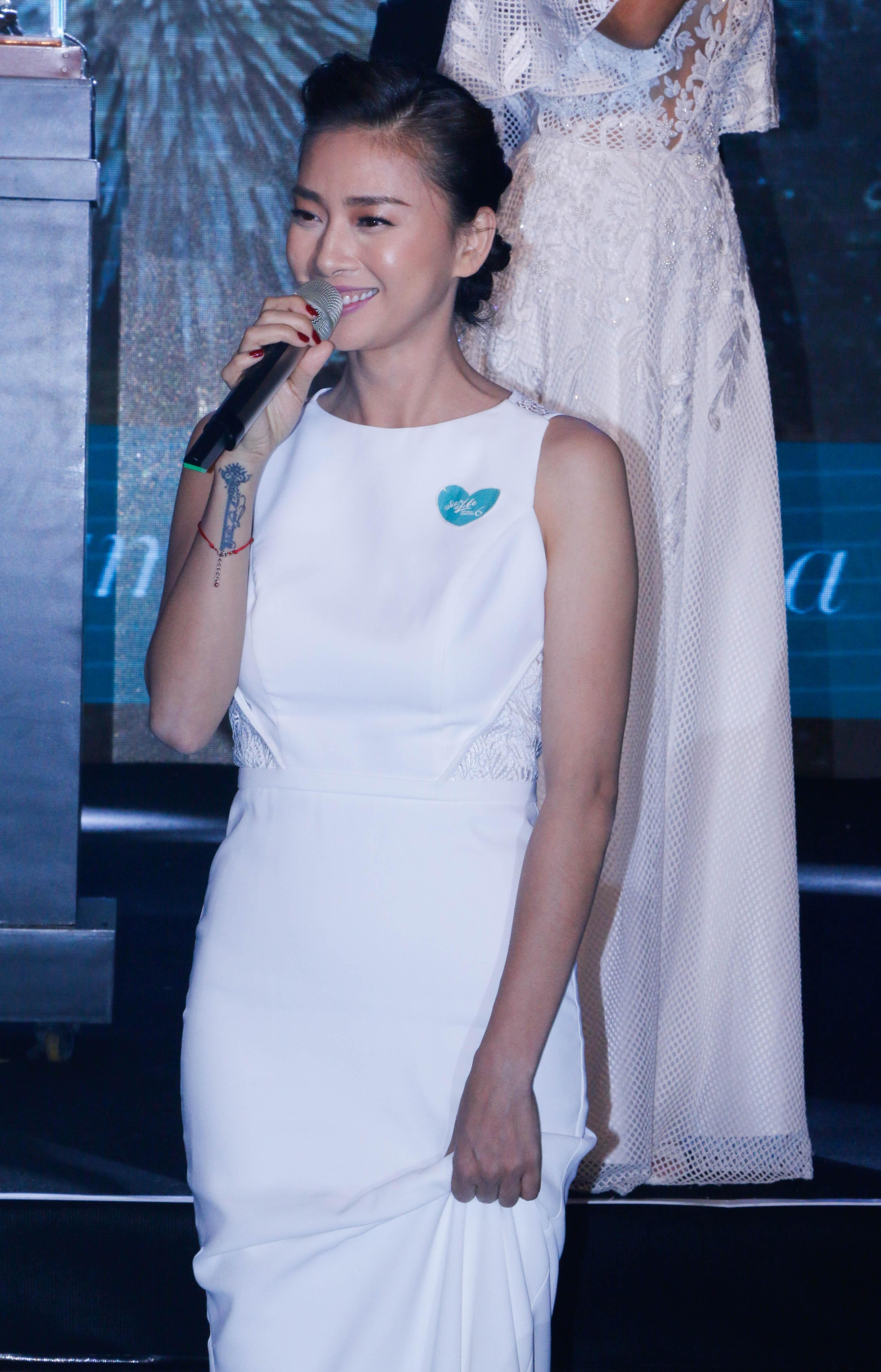 Ngô Thanh Vân diện đầm trắng kín đáo với cách trang điểm nhẹ nhàng những vẫn thu hút mọi ánh nhìn.