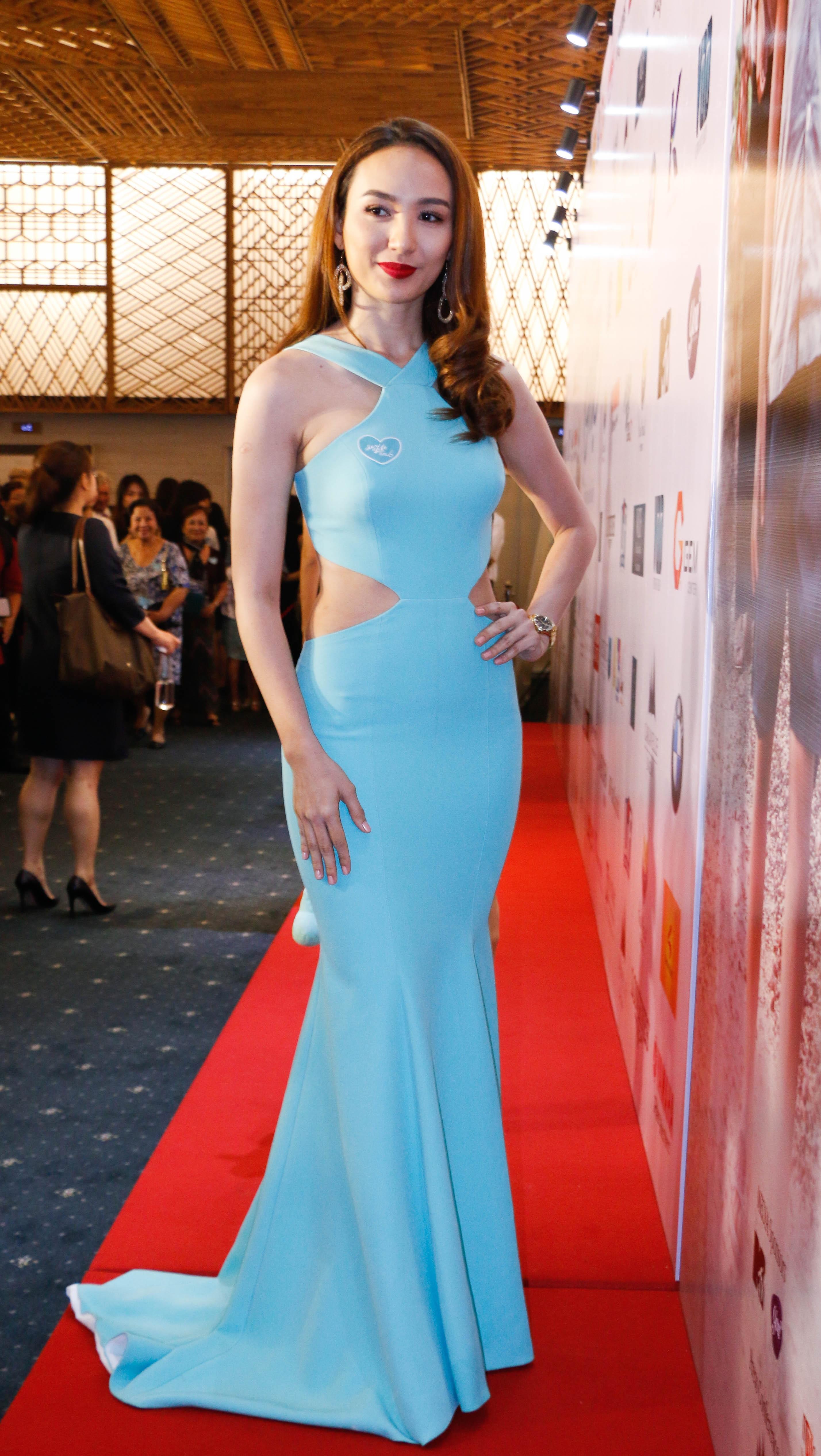 Hoa hậu Ngọc Diễm chọn bộ đầm xanh đơn giản với phần đuôi cá xúng xính.