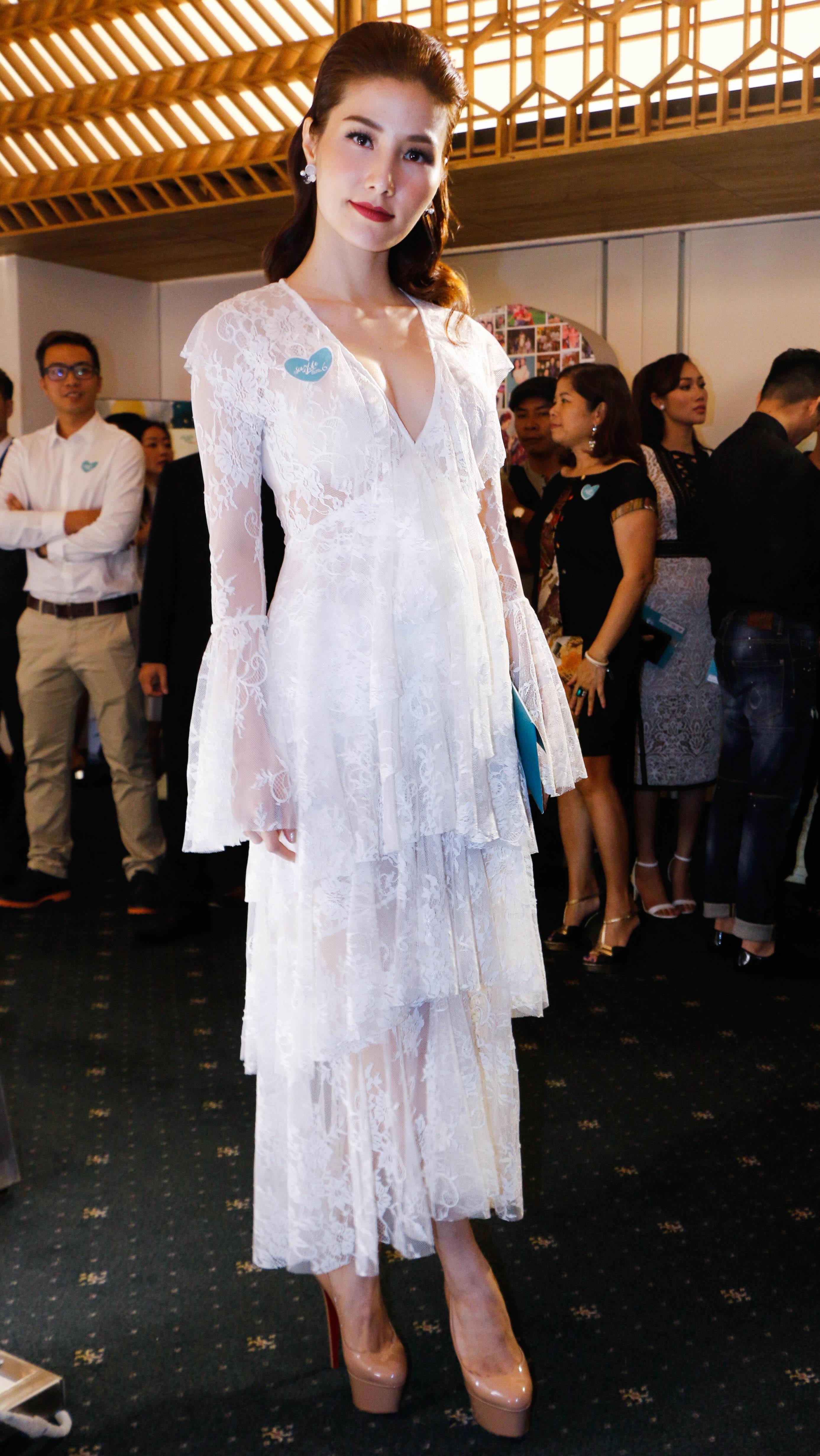 Diễm My 9X diện váy ren trắng xếp tầng, khoét sâu phần ngực khoe vẻ đẹp gợi cảm khó cưỡng.