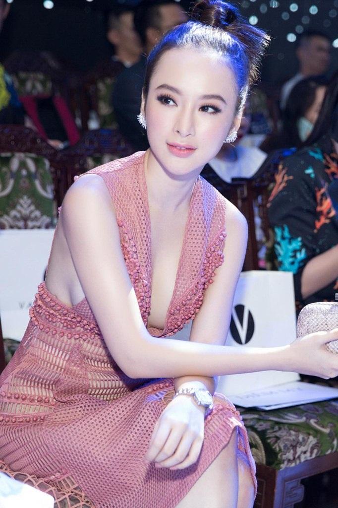 Vẻ gợi cảm chết người và đầy táo bạo của Angela Phương Trinh khi ngồi xem chương trình