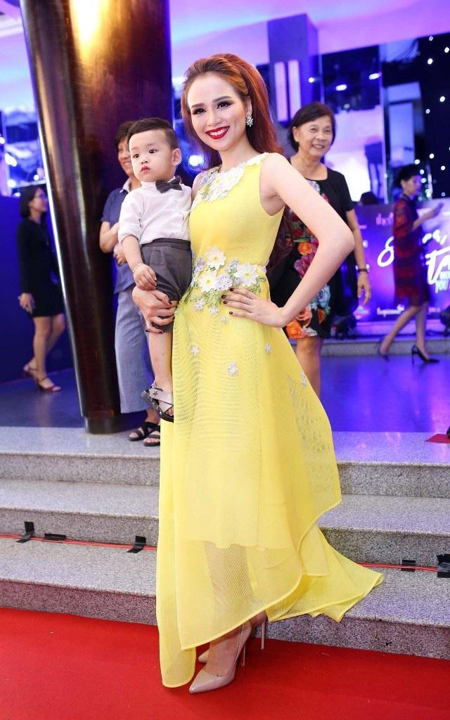 Hoa hậu Diễm Hương bế con đến tham dự sự kiện.