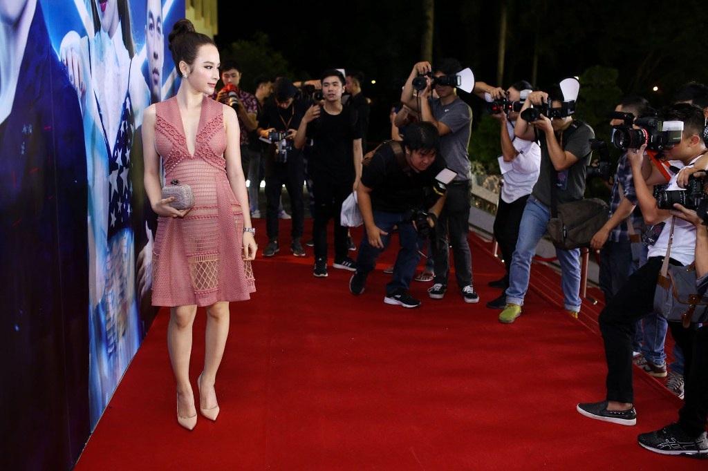 Sự xuất hiện của Angela Phương Trinh thu hút sự chú ý của truyền thông
