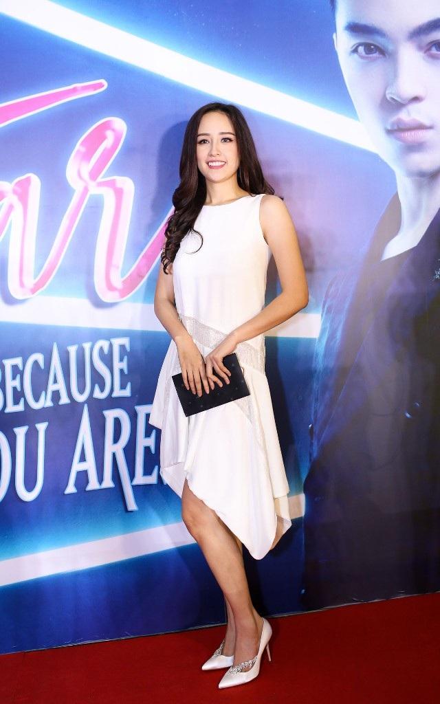 Hoa hậu Mai Phương Thúy với váy trắng dịu dàng