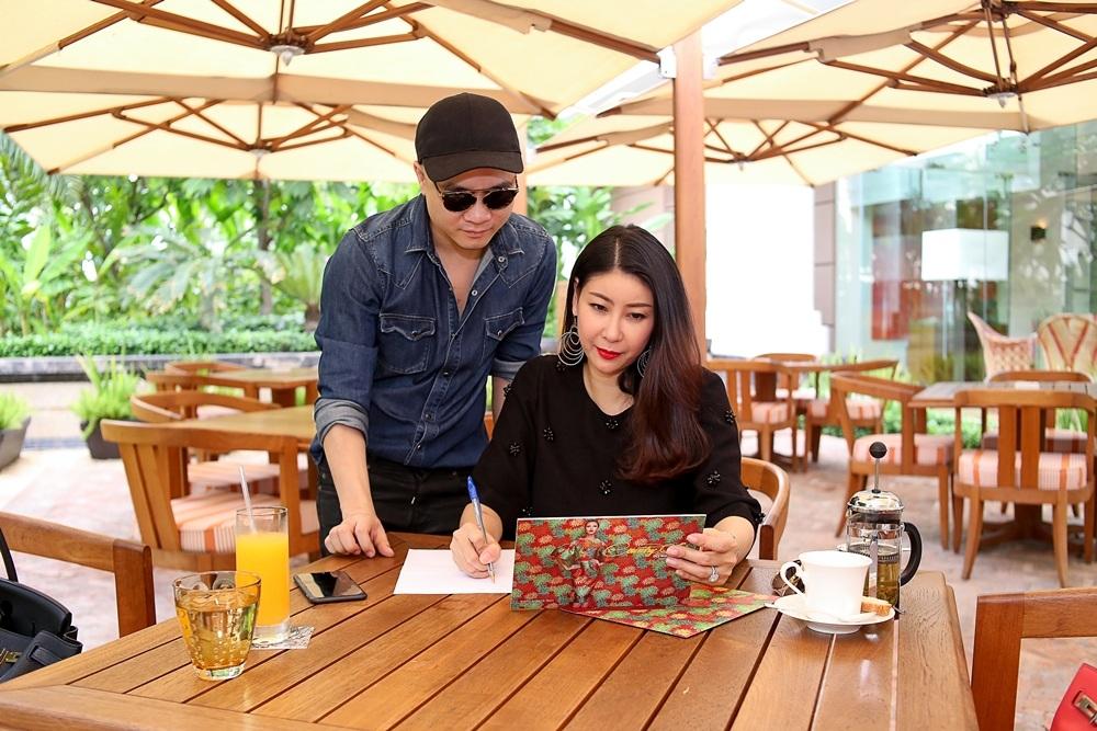 Hà Kiều Anh cùng Đỗ Mạnh Cường trao đổi kịch bản cho chương trình sắp tới