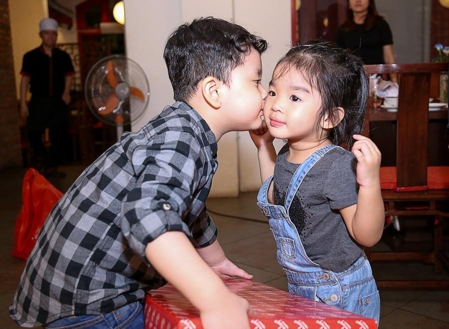 Khi con gái Xuân Lan lên tặng quà, cu cậu còn hun má bé Thỏ khiến các khách mời dự tiệc đều ngạc nhiên và thích thú.