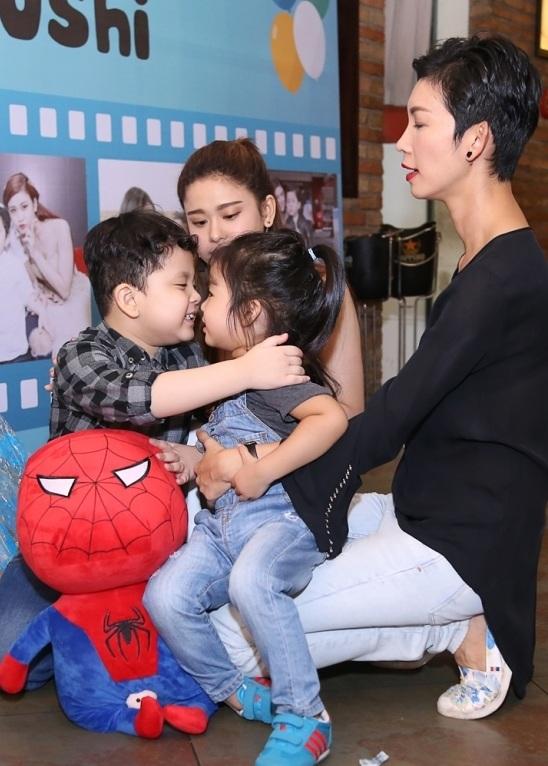 Con trai Trương Quỳnh Anh thân thiết hôn má con gái Xuân Lan - 6