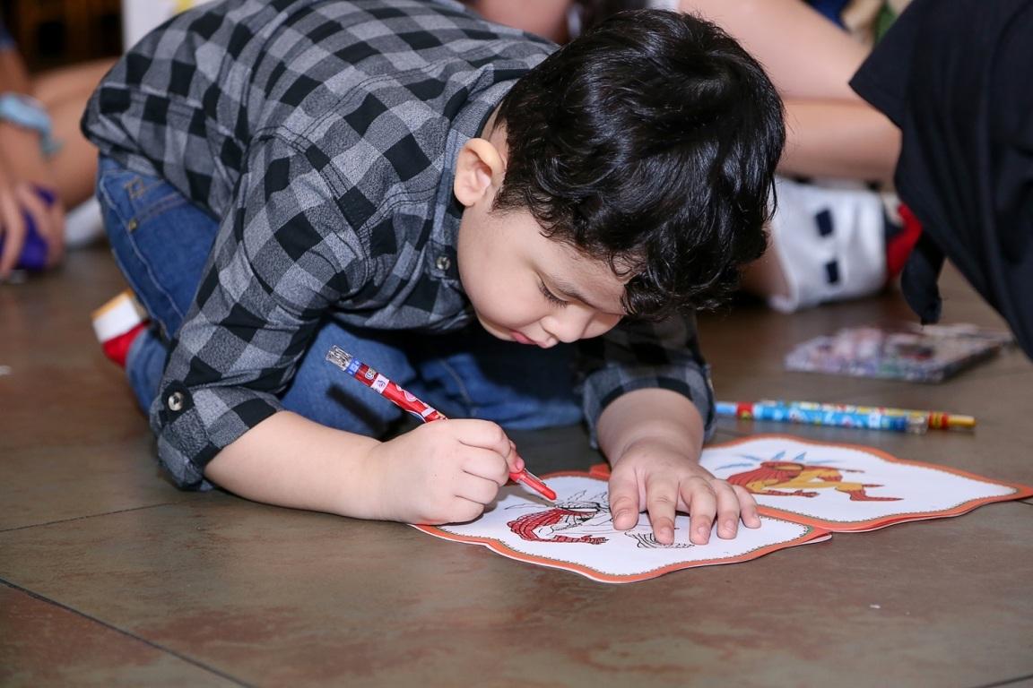 Trong buổi tiệc Sushi còn trổ tài vẽ cho mọi người xem.