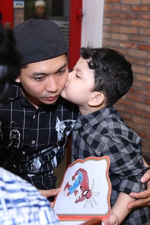Cậu nhóc rất thích hôn bố của mình, nên Tim được con trai hôn má thường xuyên