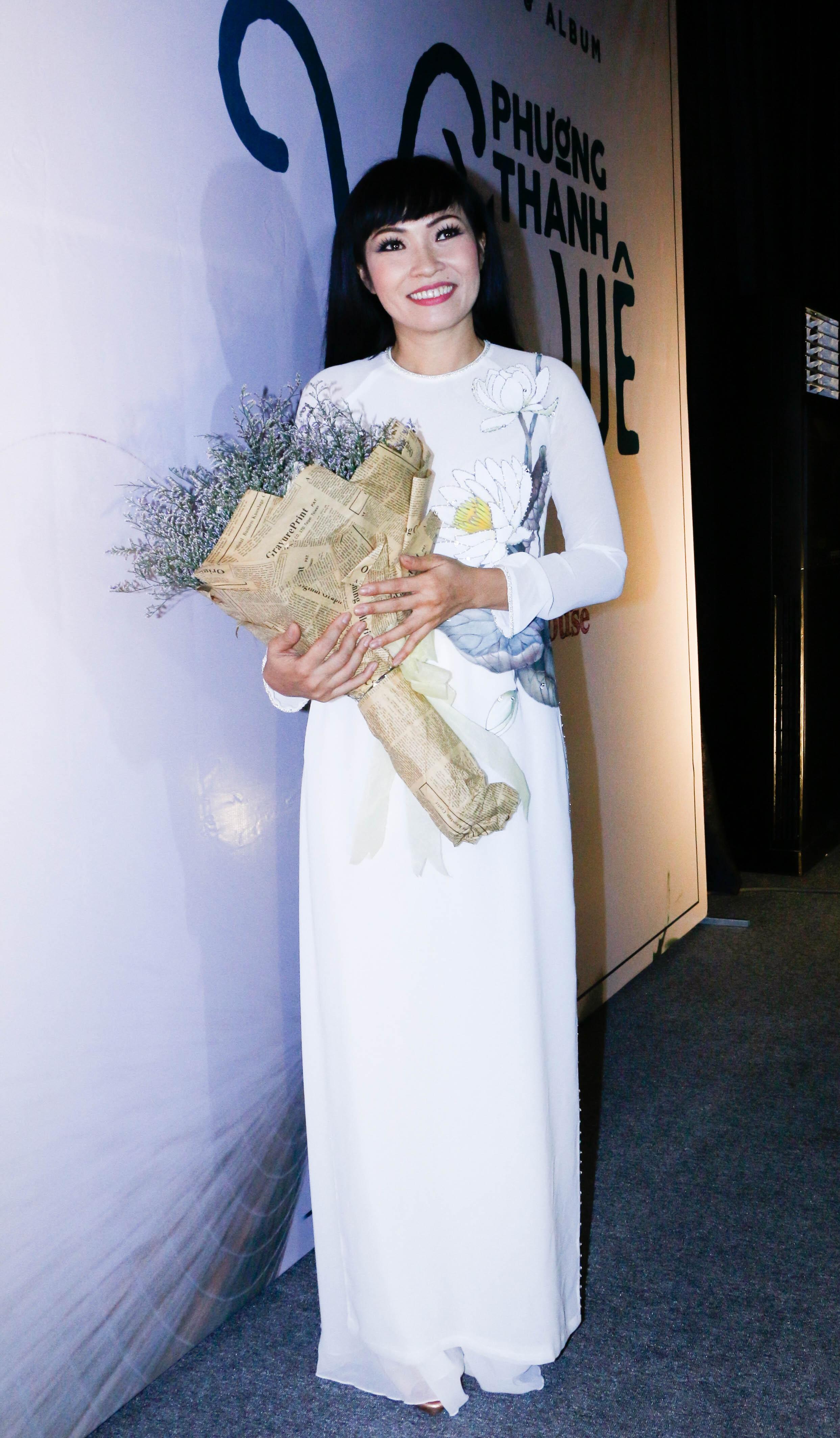Trái với hình ảnh một nữ hoàng nhạc rock đầy máu lửa trên sân khấu, Phương Thanh bất ngờ diện bộ áo dài trắng nền nã của nhà thiết kế Sỹ Hoàng. Được biết, áo dài được thiết kế giống hệt như quà tặng phu nhân tổng thống Obama.