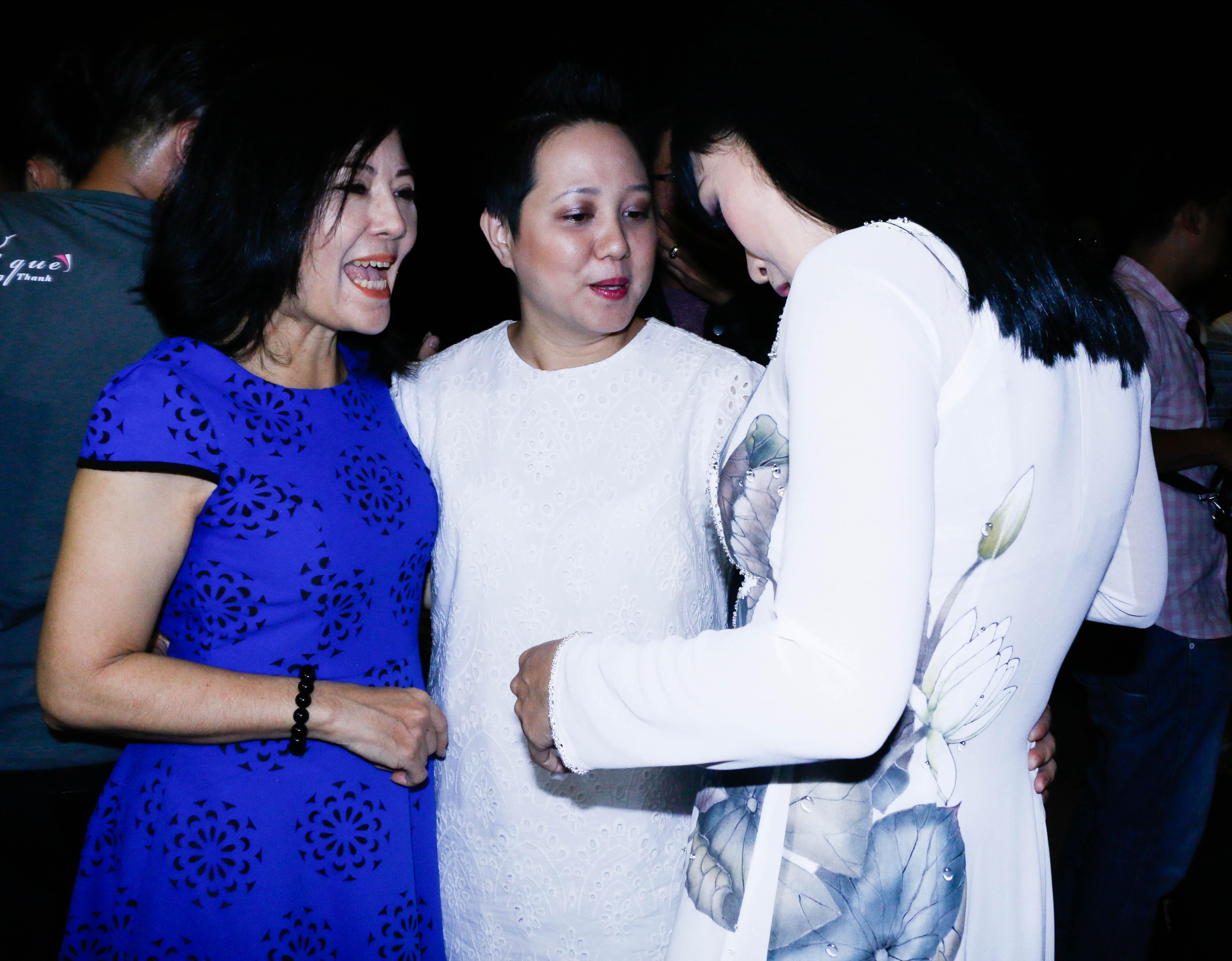 Ca sĩ Ngọc Linh (đứng giữa) đến chúc mừng nữ ca sĩ, cô tấm tắc khen ngợi bộ áo dài trắng Phương Thanh đang mặc.