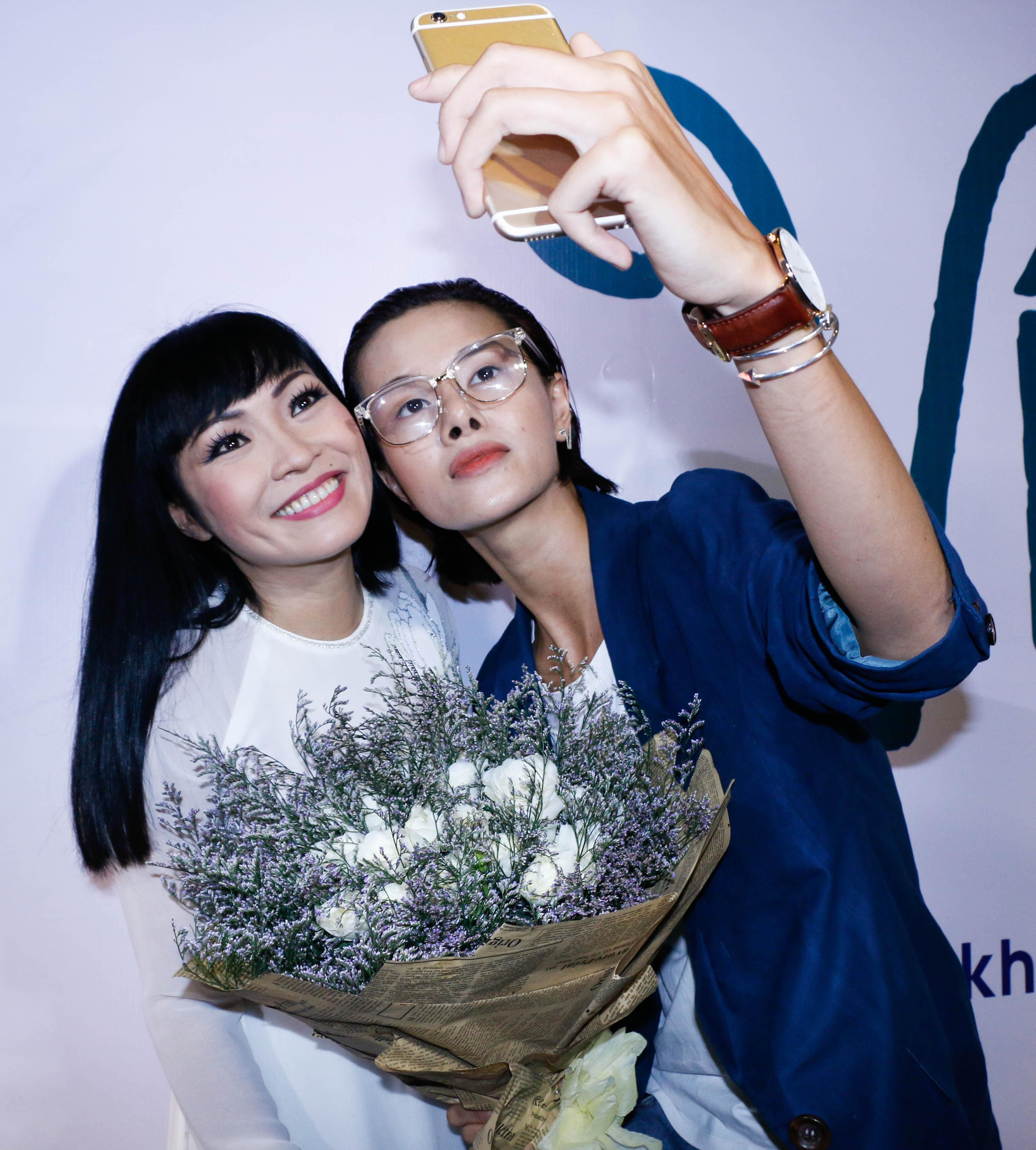 Người mẫu Hà Đỗ selfie cùng Phương Thanh.