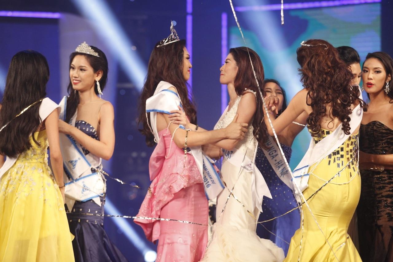 Diệu Ngọc nhận được sự chúc mừng của các thí sinh của đêm chung kết
