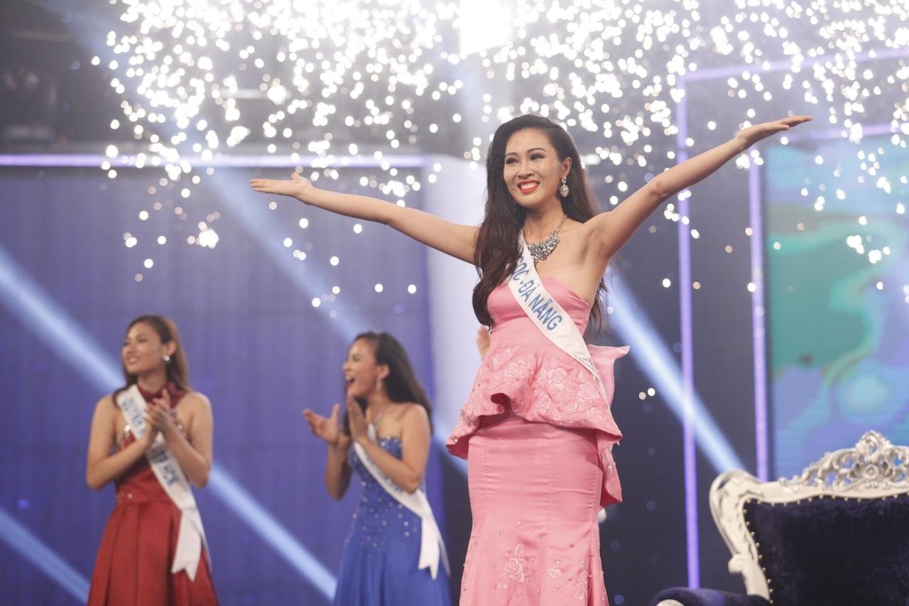 Với câu trả lời tự tin và đầy sức thuyết phục cùng với những đánh giá cao từ ban giám khảo các phần thi trước, cô gái đến từ Đà Nẵng – Diệu Ngọc đã chính thức đăng quang ngôi vị cao nhất của Hoa khôi Áo dài Việt Nam mùa thứ 2.