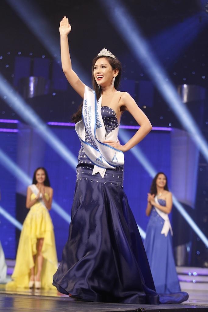 Phương Linh thuyết phục ban giám khảo lẫn khán giả bởi phần trả lời câu hỏi ứng xử song ngữ giành vị trí Á khôi 2, đại diện Việt Nam tham gia Hoa hậu Quốc tế 2016 hoàn toàn xứng đáng.