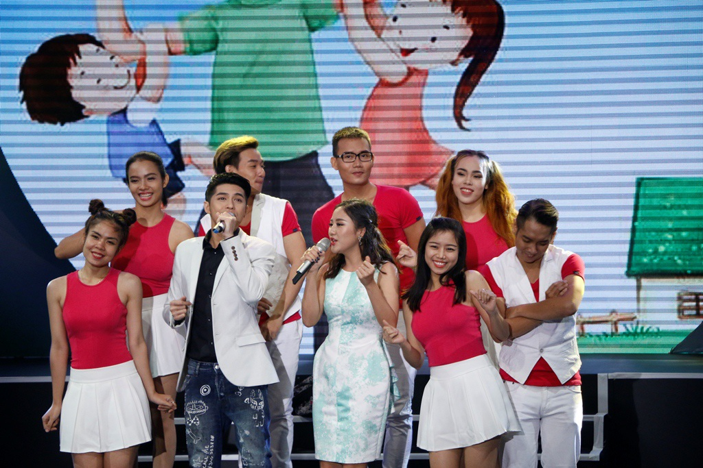 Noo Phước Thịnh và Văn Mai Hương song ca rất ăn ý trong ca khúc Nhà là nơi (Nguyễn Hải Phong). Cả hai liên tục cười đùa và mời khán giả cùng nhún nhảy theo từng giai điệu của bài hát.