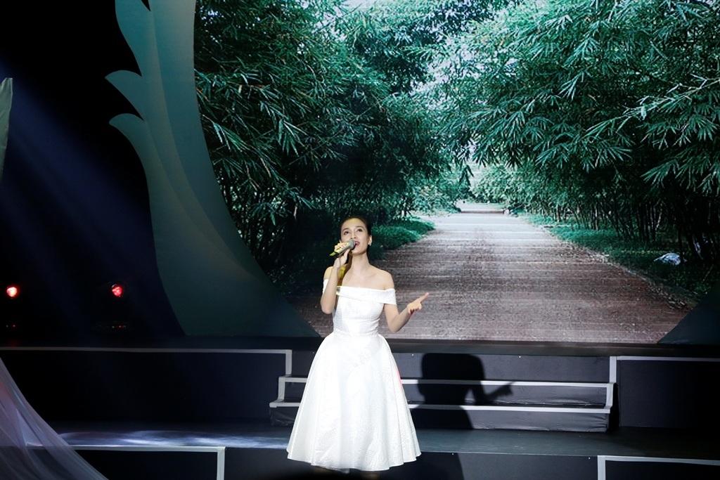 Trong chiếc đầm trắng tinh khôi, nữ ca sĩ mang đến ca khúc Đường về nhà đầy yêu thương do chính cô sáng tác.