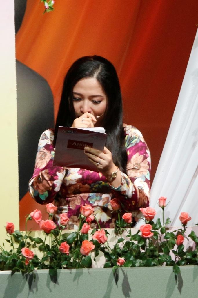 MC Quỳnh Hương xúc động rơi nước mắt khi đọc được những tâm sự, chia sẻ của các khán giả của chương trình.