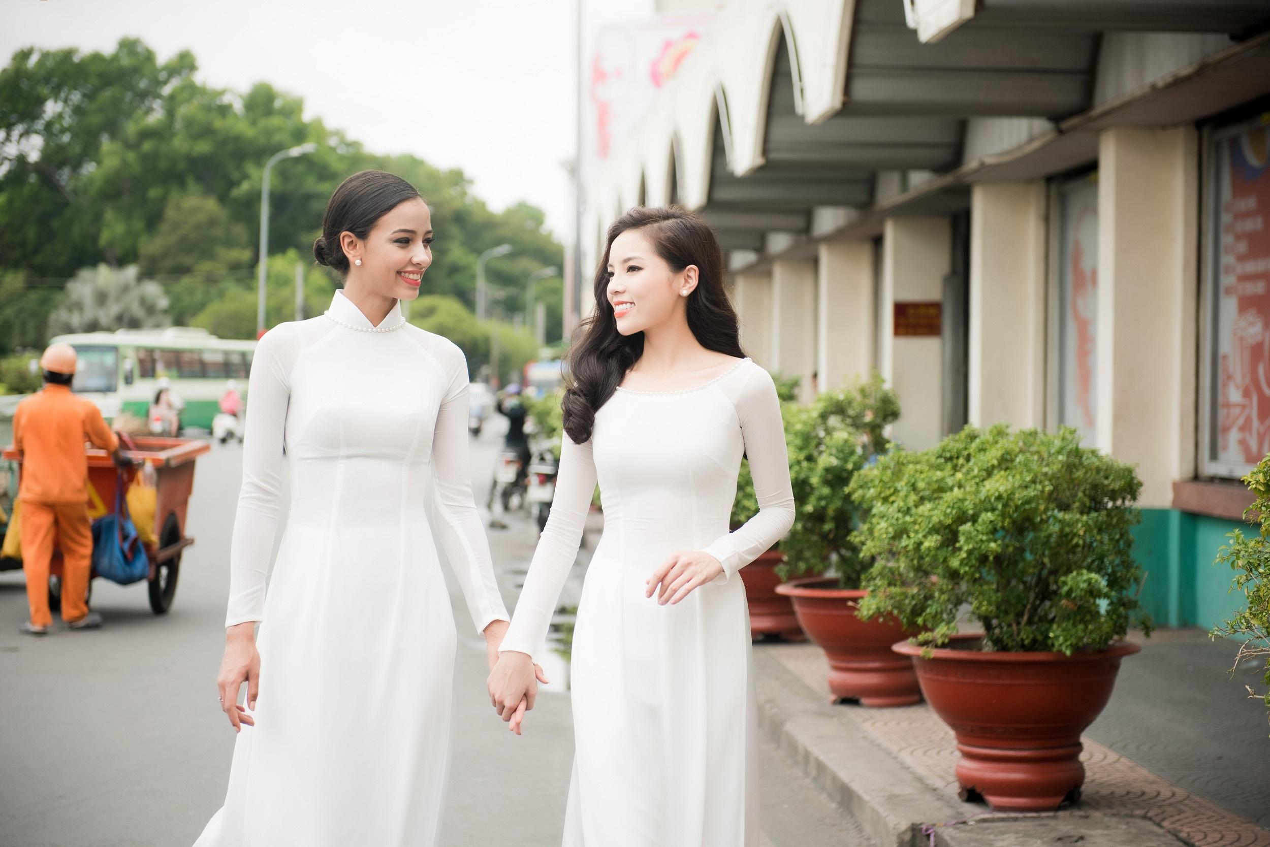 Hoa hậu Pháp cùng Kỳ Duyên thướt tha áo dài dạo phố - 1