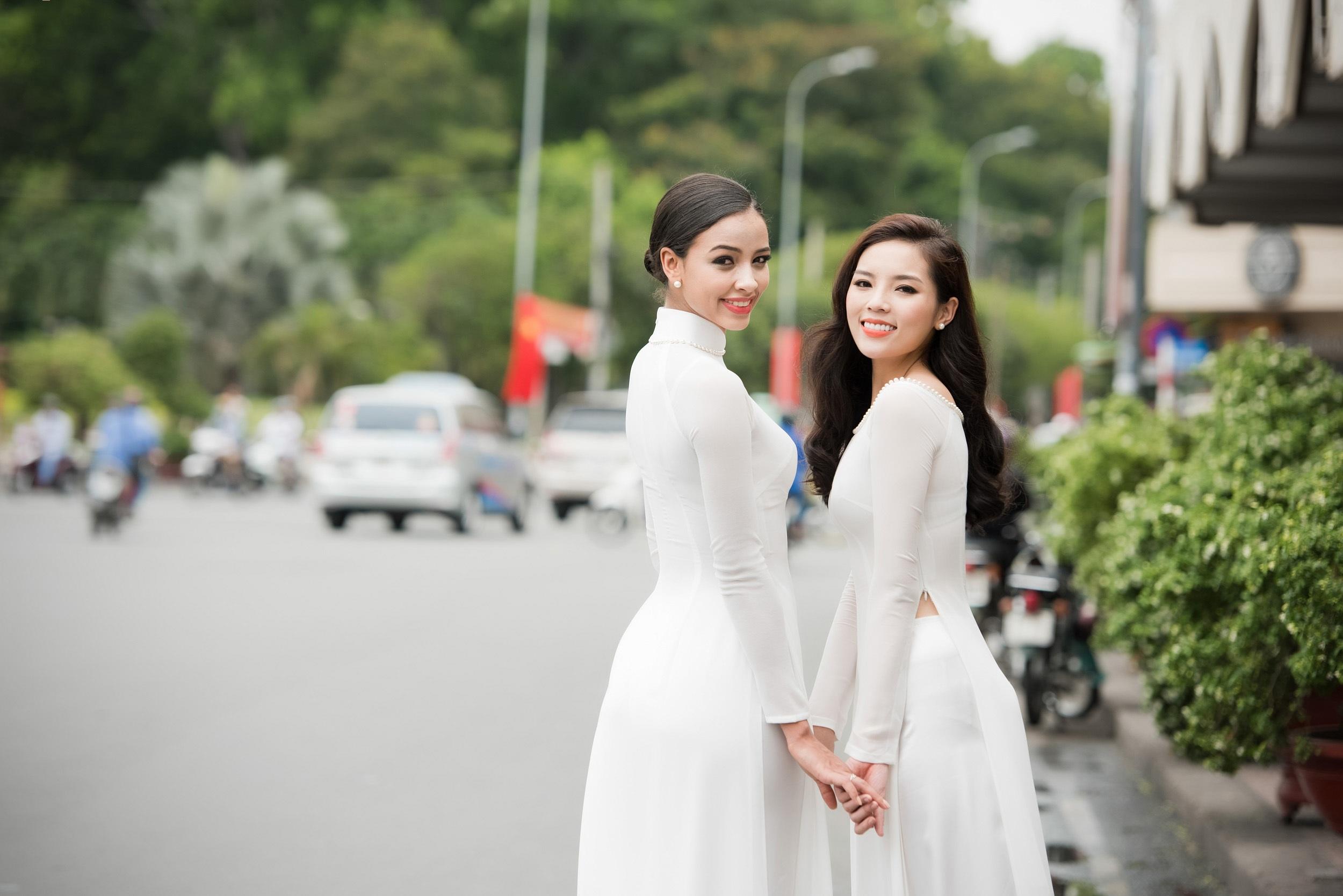 Hai người đẹp thân thiết khi thực hiện bộ ảnh kỷ niệm cùng Sài Gòn