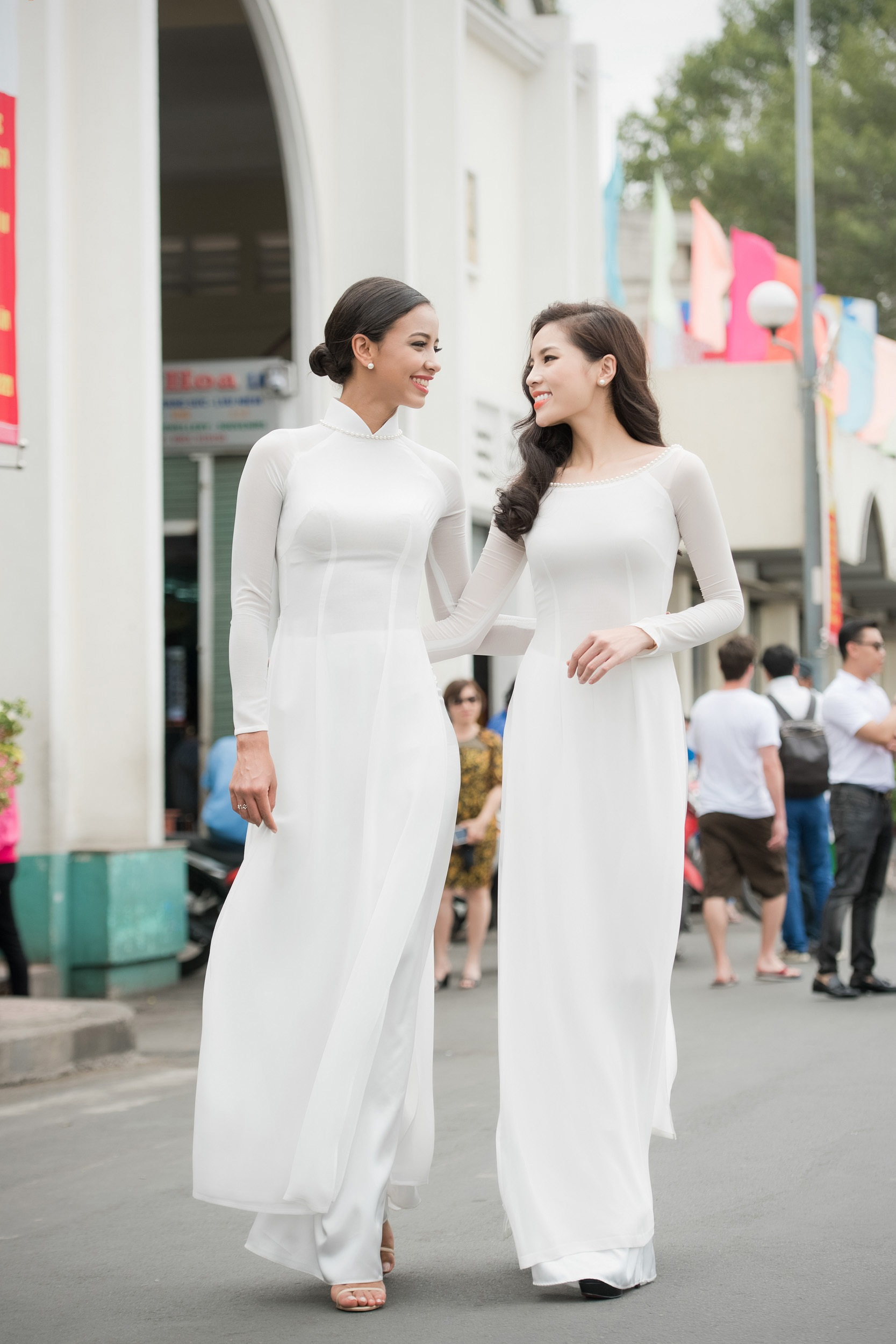 Hai mỹ nhân đi đến đâu cũng gây sự chú ý lớn đối với người dân Sài Gòn, nhất là khi Kỳ Duyên cùng Hoa hậu Pháp ghé chợ Bến Thành.