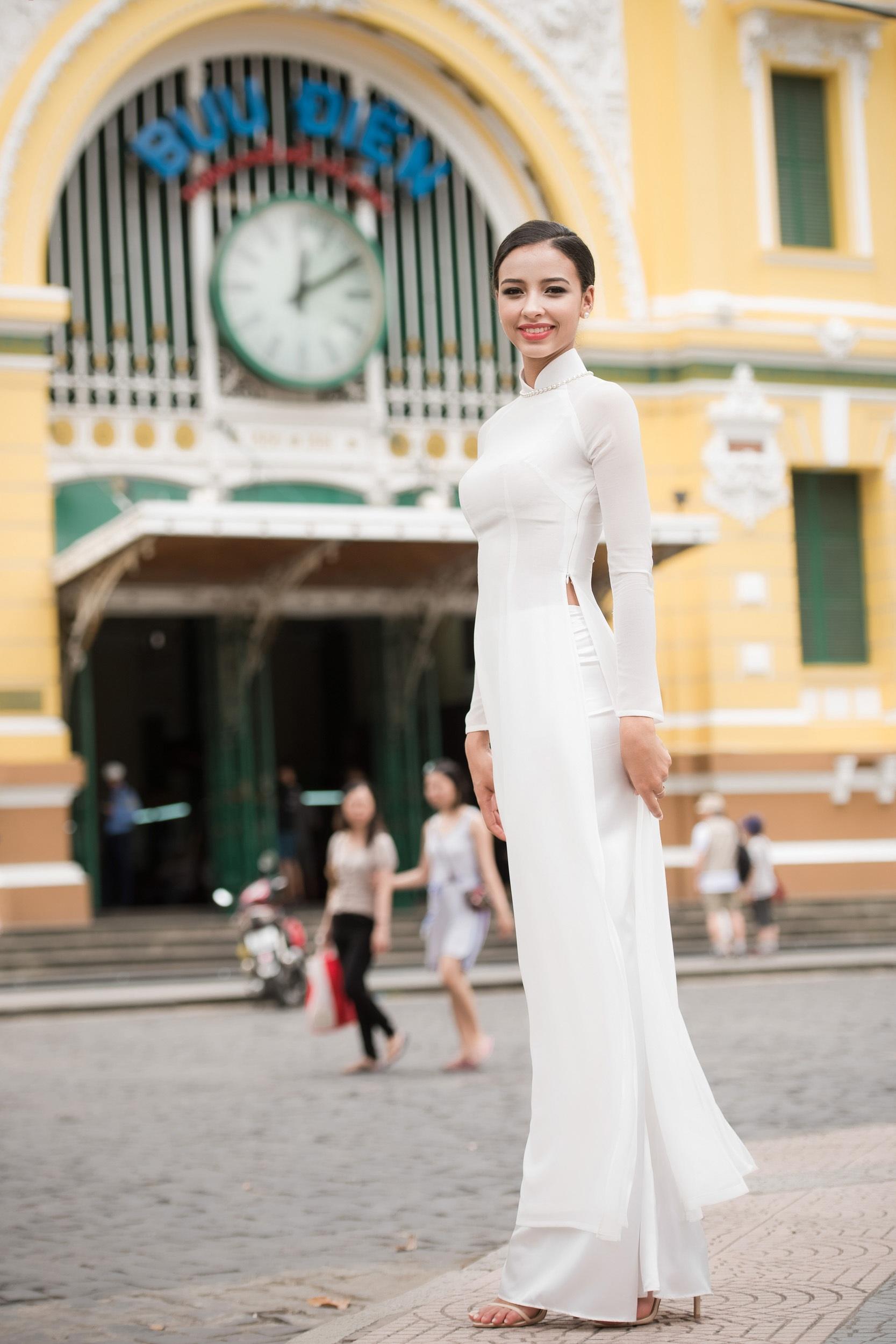 Sau đó họ chọn Nhà thờ Đức Bà và bưu điện thành phố để chụp hình. Bộ hình này cũng nằm trong việc quảng bá hình ảnh du lịch Việt Nam của Flora khi cô trở về nước Pháp.