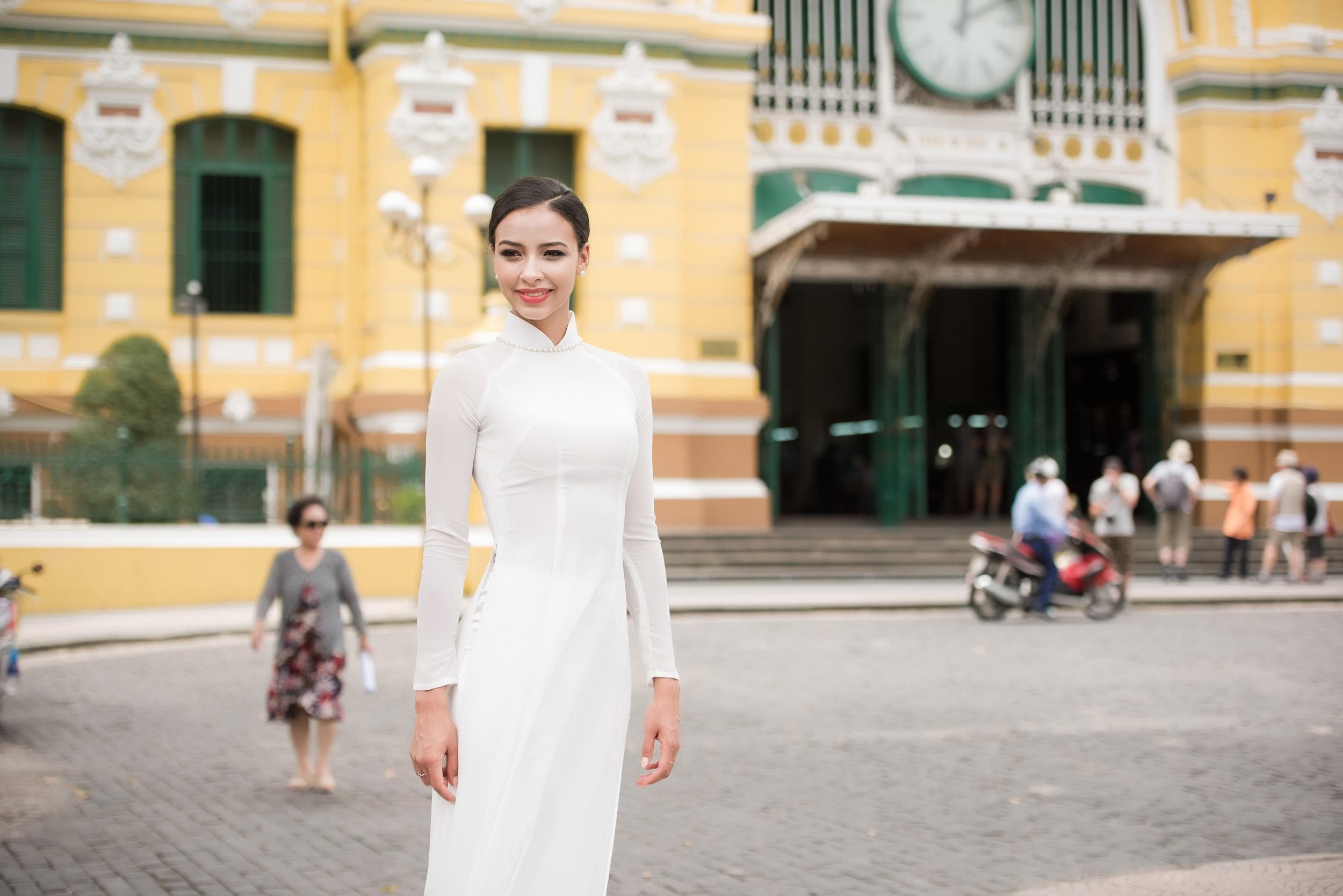 Lần đầu tiên Flora mặc áo dài, lại màu trắng nên cô thấy vô cùng đẹp, luôn miệng nói dễ thương và cảm ơn NTK đã lựa chọn cho cô chiếc áo dài vừa vặn, dù số đo của Flora không dễ tìm trang phục để vừa vặn.