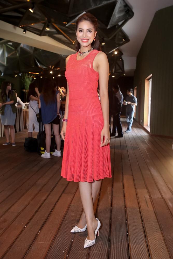 Phạm Hương chọn trang phục màu đỏ dịu dàng, nữ tính, kiểu dáng khá đơn giản