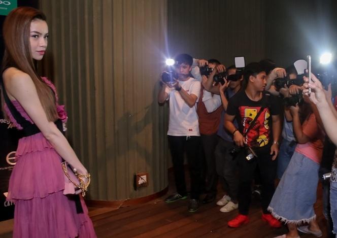 Hồ Ngọc Hà luôn bị bao vây bởi báo chí