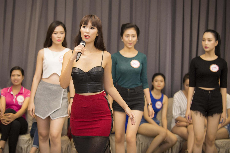 Đồng thời, cô chia sẻ nhiều kinh nghiệm, bài học đáng quý trên sân khấu, dáng đi cần thiết của một hoa hậu và phong cách trình diễn khác nhau giữa áo dài, dạ hội, bikini.